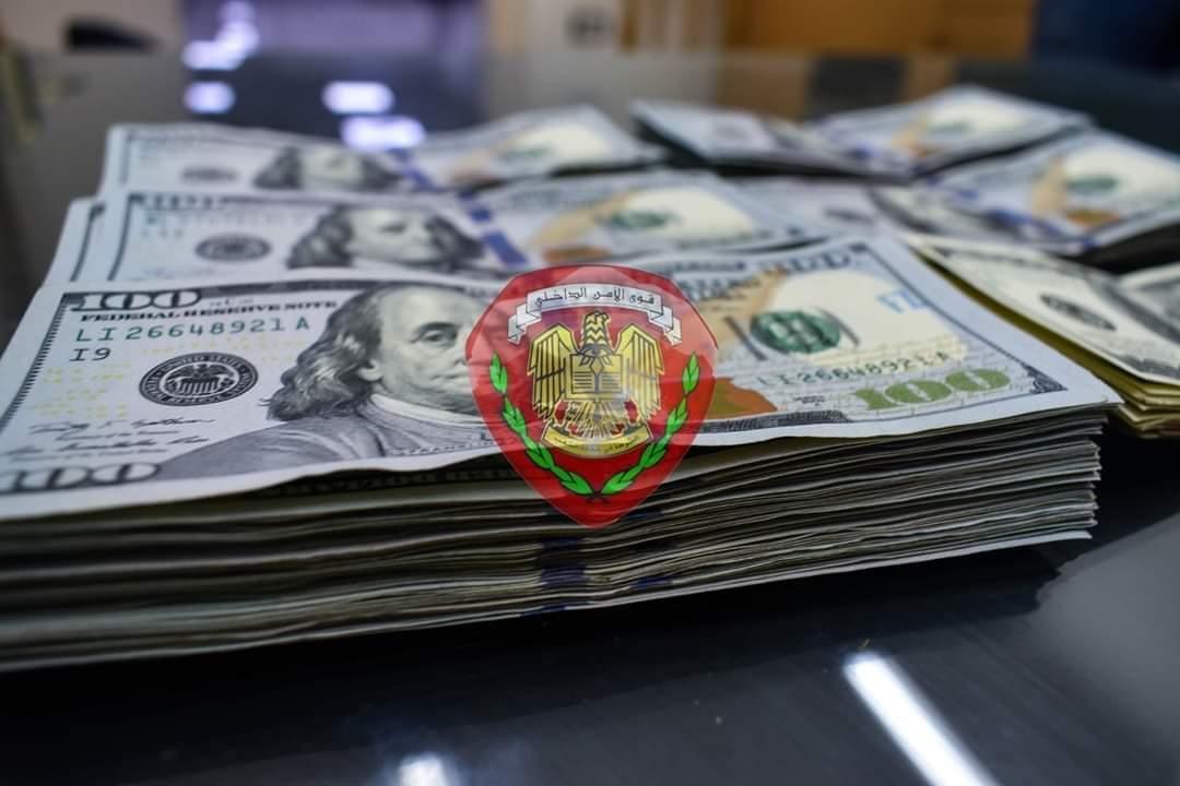 القبض على شخص يقوم بتصريف العملات الأجنبية بالسوق السوداء