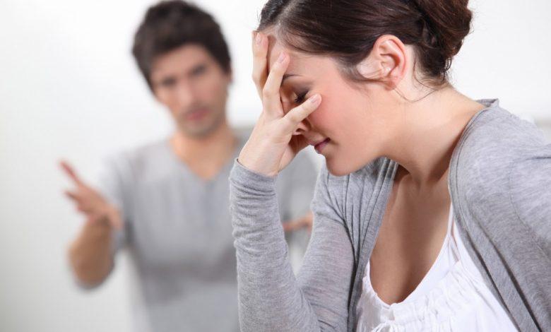امرأة تُشعل زوجها بالنار بسبب الغيرة