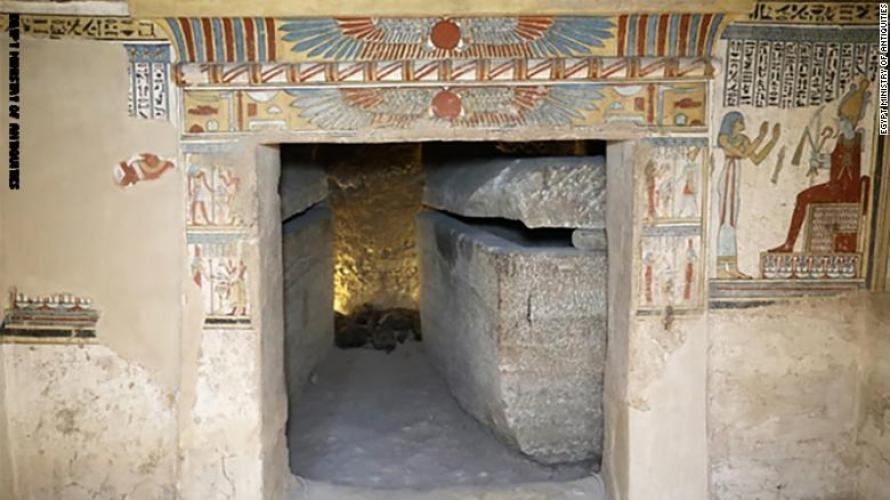 اكتشاف مقبرة مزدوجة لرجل وزوجته مليئة بالقطط المحنطة والفئران