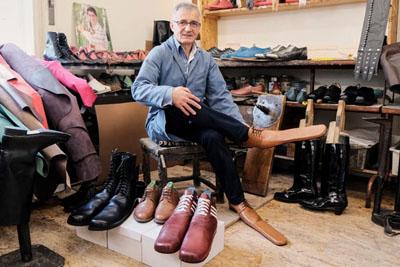 صانع أحذية يبتكر طريقة جديدة للحفاظ على التّباعد الاجتماعي