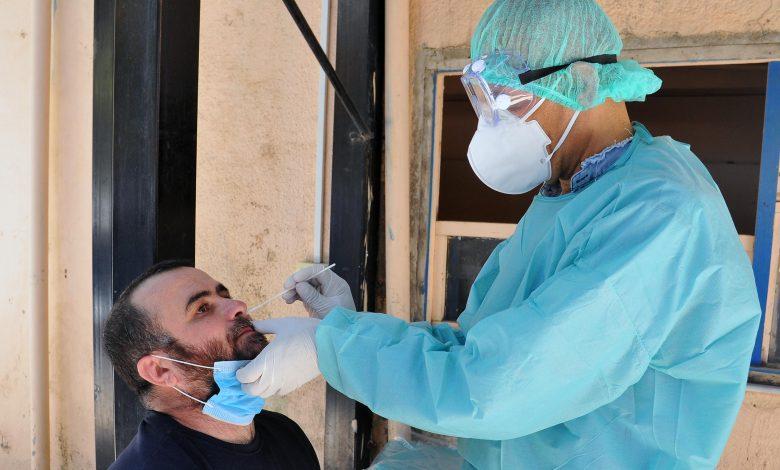 بعد لحظ ضعف انتشاره.. طبيب يحذر من هجمات ارتدادية لفيروس كورونا خلال الشهرين القادمين.. ويدعو للاستمرار بالتشدد بالإجراءات
