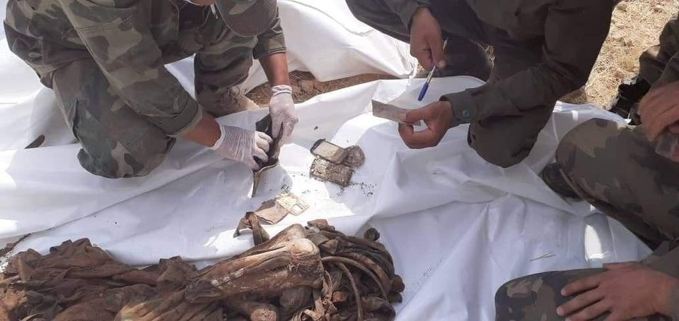 العثور على مقبرة جماعية في عين عيسى بالرقة تحوي رفات 42 شهيدا من الفرقة 17 واللواء 93