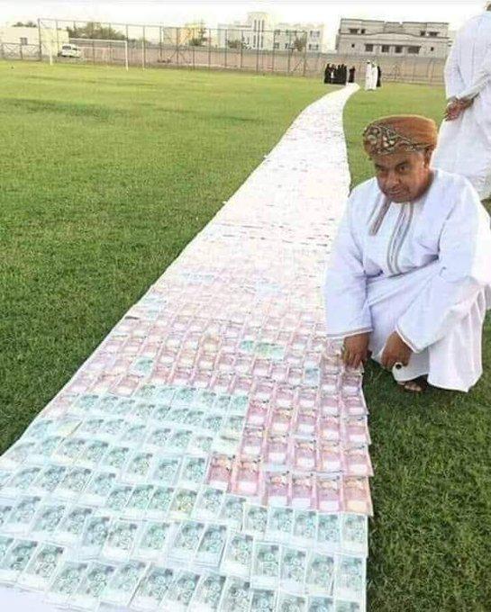 """صورة أثارت ضجة.. ممشى من """"الأموال"""" صنعه رجل عماني مهرا لعروسه؟"""