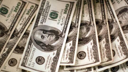 رجل يعثر على مخبأ به 10 آلاف دولار داخل منزل اشتراه